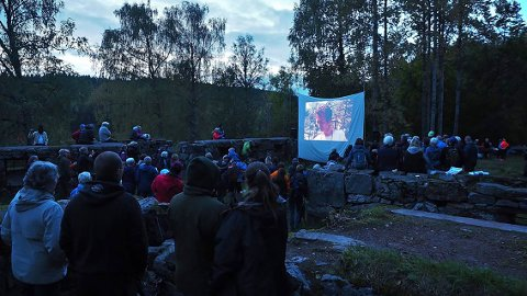 I ruinene på Sarabråten ble det vist gamle filmer fra Østmarka – et populært innslag i høstkvelden.