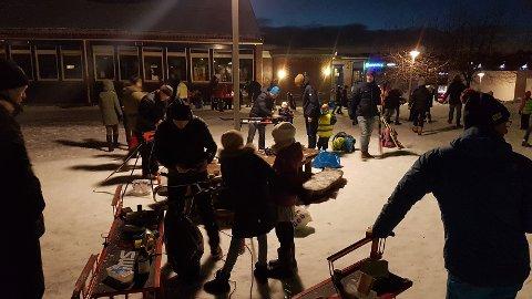 Stor aktivitet i skolegården på Karlsrud under ski- og skøyteverksted