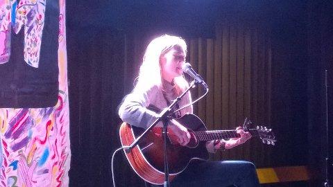 "UKM: Eira Larsen Mariussen sang sin egen låt, ""Colours"""