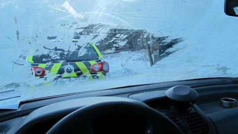 ULOVLIG: Kjører du bil med en frontrute som dette, kan du miste lappen.