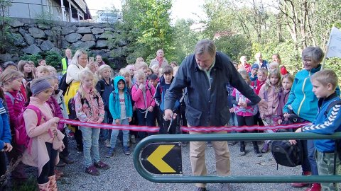 Nordstrands BU-leder klippet snor i Leirskallen og fikk hjelp av elevrådsrepresentanter fra Munkerud skole, Helena og Isak mens 120 skoleelever og lærere jublet sammen med Ljanselvas venner.