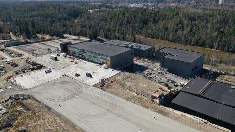 HANGAR: I hangaren er det plass til tre politihelikopter. . Foto: Justis- og beredskapsdepartementet