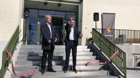 Byråd Arild Hermstad (MDG) klippet snoren på Holtet base mandag 11. mai for å markere at en to år lang ombygging er over. Her sammen med konsernsjef i Sporveien Cato Hellesjø.
