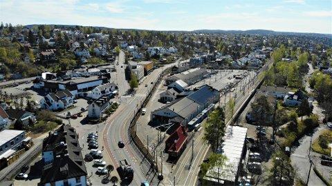 ULYKKESKRYSS: Midt i bildet ser man Raschsvei som kommer ned i Kongsveien like ved Best Helse. Der har det de siste årene skjedd et stort antall ulykker mellom bilist og syklist.