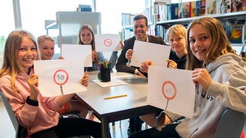 TEGNINGER: Silje (10), Jakob (11), Maja (11), Eik (11) og Leonora (10) fikk møte statsråd Knut Arild Hareide (47) og vise frem deres innspill til Barnas transportplan.