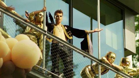 OVERDÅDIG: I episode 7 av Exit-seriens andre sesong dukker Gustav Magnus Witzøe, Norges rikeste, opp på balkongen under et gigantisk maskeradeball. Foto: Skjermdump fra NRK