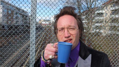 Robert, her avbildet ved Munkelia T-banestasjon, er en ekte kaffeelsker.