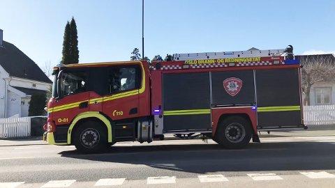 Denne brannbilen var mandag ettermiddag på vei til Holmlia.