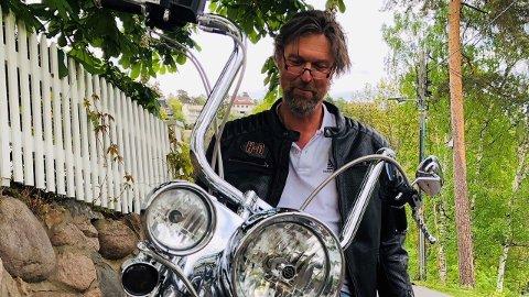 """Kim Krabbe på sin Harley-Davidson """"Betsy"""". – Jeg har aldri vært noen tradisjonell megler, sier han og forteller at han er tilbake i gamet for fullt etter noen tøffe år."""
