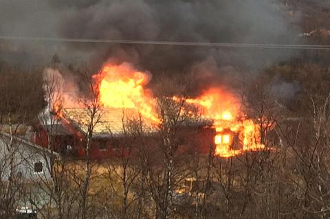 I BRANN: Valmuen verksted på Oteren i Troms brant ned til grunnen torsdag ettermiddag.