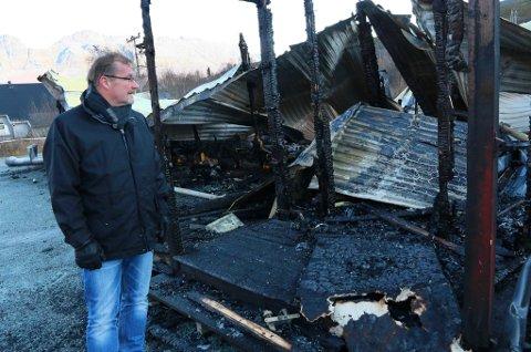 TRIST DAG: Storfjord-ordfører Sigmund Steinnes ved ruinene av kommunens aktivitetssenter.