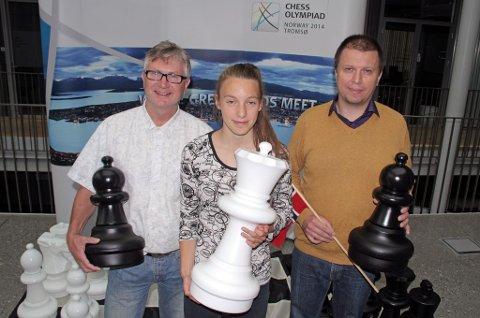 Både leder Jan Sigmund Berglund (t.v.) i Tromsø Sjakklubb og Thomas Robertsen (t.h.) håper sjakkmiljøet i Tromsø unngår å bli tett forbundet med pengeproblemene til sjakk-OL. Her med talentfulle Monika Machlik.
