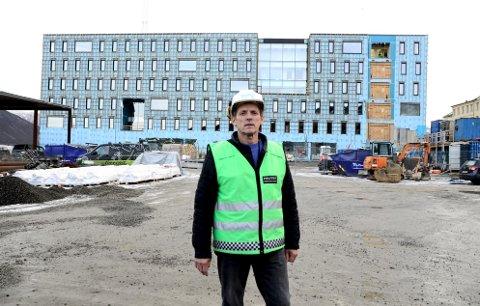 NYTT POLITIHUS: Svein-Tore Larsen er prosjektleder under byggingen av det nye politihuset som blir dobbelt så stort som dagens politihus.