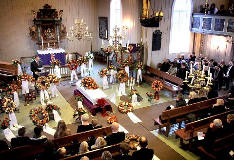 Gripende seremoni:  Elverhøy kirke var fullsatt da familie, venner og kolleger, i går tok et siste farvel med Jørn-Christian Skoglund som døde av kreft nylig. Her holder faren, Tore Skoglund, sin minnetale.