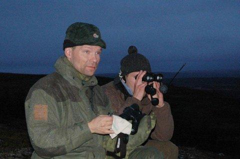 PROVOSERT: Jaktleder Tom Robert Hansen (til venstre) er provosert over at Forsvaret ødelegger for elgjegere i Porsanger som har jaktfelt i Hálkavárre skytefelt. Her sammen med jaktkompis og bror, John-Sigurd Hansen under elgjakt for noen år siden.