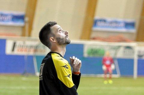 SER TIL HØYERE MAKTER? Alta-trener Rune Repvik mener Alta har et mentalt overtak foran «nedrykksfinalen» mot Hønefoss søndag. Vinneren spiller garantert 1.divisjon neste sesong.