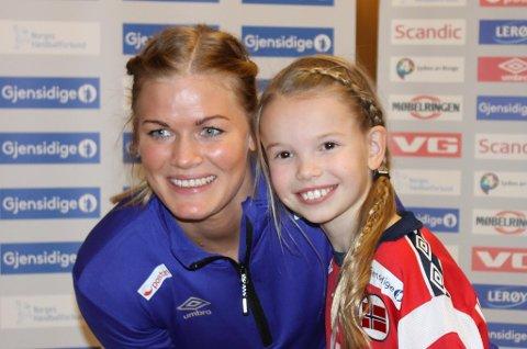 LANDSLAGSMENTOR: Annika Jakobsen (9, foran) får EM-klare Veronica Egebakken Kristiansen som sin mentor i 2015. Sørreisajenta fikk være med da den norske EM-troppen ble presentert tirsdag.