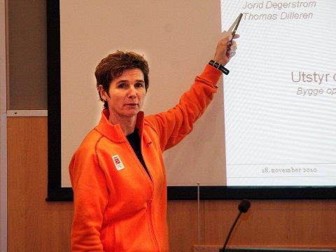Olympiatoppen og Trine Lise Andersen skal bidra med kompetanse til unge langrennsløpere og skiskyttere.