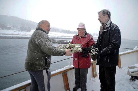 MINNEMARKERING: Alison Hebbad og Bruce Hebbad får åren av å legge kransen i sjøen. Her med Leif Arneberg fra Tromsø Forsvarsforening. Foto: Annika Engen