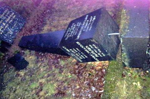LÅ VELTET: Torill Elise Støback reagerte da hun så gravstøtter ligge veltet på Tromsø gravlund.