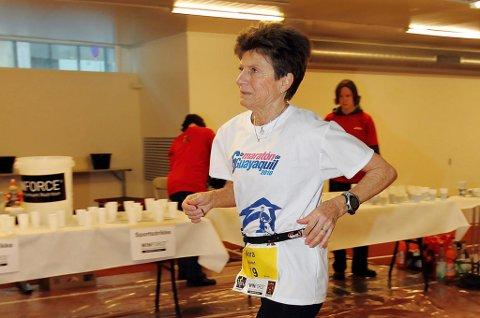 LØPSVETERAN: Vera Nystad fra Malangen løp sitt maraton nummer hundre i Athen i november. Den superspreke 68-åringen jakter verdensrekord i 24-timersløp når hun blir 70.