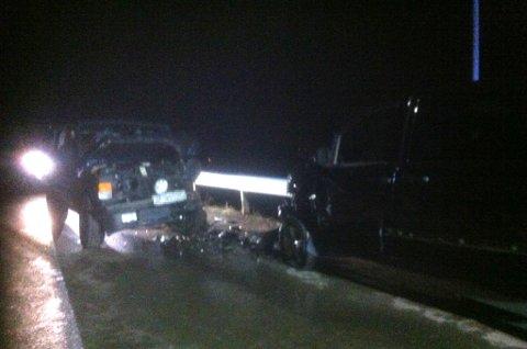 SKADER: Begge bilene som var involvert i kollisjonen, har tydelige skader på venstre side. Foto: Inger Præsteng Thuen
