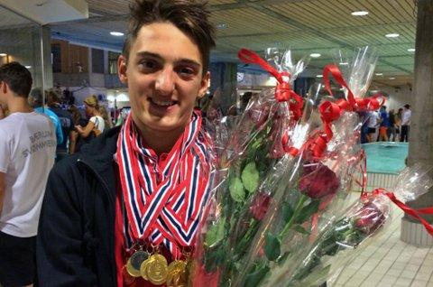 NMs BESTE: Adam Ismael Wenham fikk bestemannspremien, uavhengig av klasse, for sin tid på 200 meter medley under junior-NM i helgen. Han tok elleve NM-gull og satte ni nye norske rekorder.