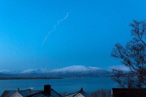 LYSSTRIPE: Slik så det ut på himmelen etter raketten som ble skutt opp mandag.