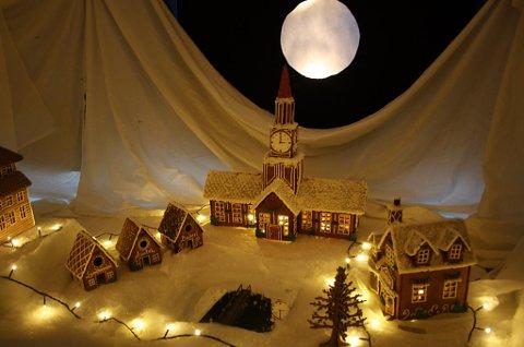 STEMNING: Fullmåne over rådhuset i pepperkakebyen.