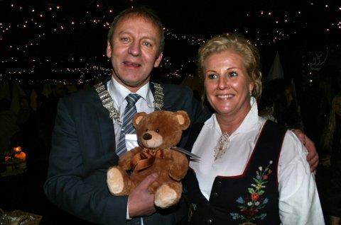 TREKLØVER: Ordfører Geir-Inge, maskot Hagbarth og borgermester Linda.