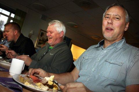 MATGLEDE: Jan-Ivar Rokstad (t.h.) og Jorulv Tretnes koser seg med lunsjpremien.