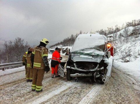 KUNNE GÅTT GALT: Denne ulykka på Sørkjosfjellet sist tirsdag mellom et vogntog og en maxitaxi fikk en lykkelig utgang. Sjåføren av minibussen ble flydd med ambulansehelikopter til UNN i Tromsø.