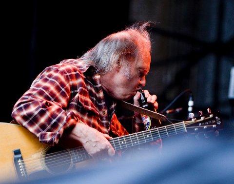 TØRST: Neil Young tar seg en slurk Mack-øl og tenker at nå skal jeg jaggu høre på Egon og lage ei bra plate for ham, sånn for old times' sake. Men det får bli neste gang.