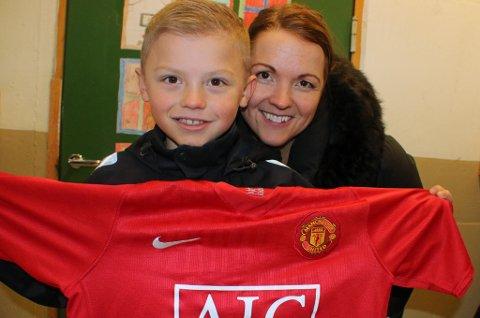 FÅR DRØMMESJANSE: Isak Hansen-Aarøen (10) skal vise seg frem for Manchester United denne uka. Mamma Marianne Hansen er både stolt og spent på sønnens vegne.