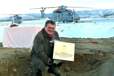 Statssekretær Øystein Bø fra Forsvarsdepartementet la på onsdag ned grunnsteinen for den nye helikopterbasen som skal stå ferdig på Bardufoss i 2016.