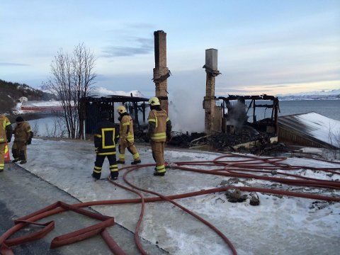 RUINER: Bare ruinen sto igjen etter boligbrannen på Sørkjosen i Nordreisa kommune lørdag morgen.