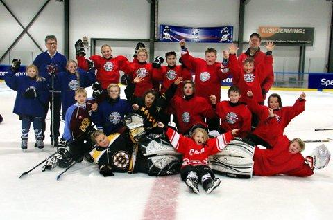 En ivrig og glad gjeng med hockeyspillere under Smushkin hockeyleir i Tromsø. Bak til venstre står leder i Tromsø Ishockeyklubb, Arild Hausberg. Bak til høyre er Magnus Elgstam, som har jobbet med hockeyleiren i ti år.