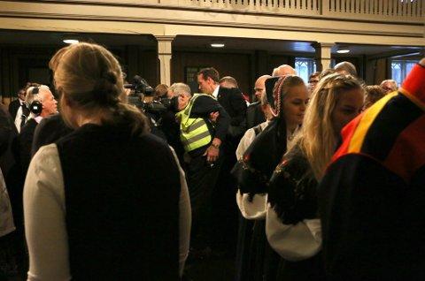 KASTET UT: Her blir mannen eskortert ut midt i nattverden. Foto: Annika Engen