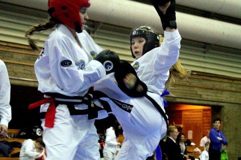 Frida Tøllefsen (t.h.) går her første runde i sparring, som hun vant. I finalen ble det imidlertid tap, men 15-åringen sa seg fornøyd med sølv på hjemmebane.