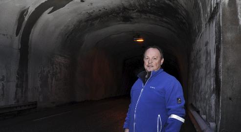 For lavt: Thor Remme mener Børvågtunnelen er blitt for lav. På det innfelte bildet ser man at høyden skal være minst 4,2 meter i tunnelen.Begge foto: Åshild Marita Håvelsrud Foto: Åshild Marita Håvelsrud