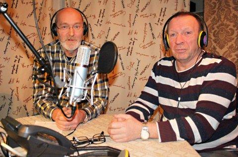 JULESENDING: For 30. gang skal Skjervøy Nærradio innlede jula med sin populære lillejulaftensending. Bjørnar Heimly (til venstre) og Johan Pedersen er radioveteraner og vil fylle sendinga med korsang, julehilsner, lotteri og alt som hører til.