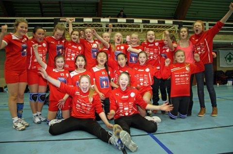 Det nærmer seg Nyttårsturnering i håndball i Tromsø igjen, med rekorddeltakelse. Her jubler Tromsø HKs jenter 12-lag for sølvmedaljer i januar 2014.
