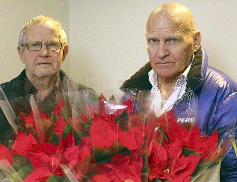 REAGERER: Henrik W. Rørvik og Fred Westerberg (nærmest) fikk nei da de skull levere julestjerner på to av sykehjemmene i Narvik. – Begrunnelsen for å nekte er udokumenterte påstander om at de kan forårsake allergi, sier de – og mener dette er et overgrep mot beboerne. Foto: Fritz Hansen