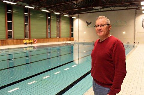 KREVER MYE VARME: Det går mye strøm med til å holde basseng og svømmehall oppvarmet. Prosjektleder Terje Trætten sier Skjervøy kommune nå skal sette i verk en rekke tiltak for å spare strøm i flere bygg.