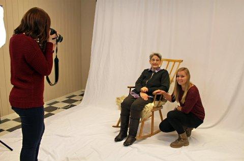I STUDIO: Ellen Trætten stilte villig opp som fotomodell for Hege Kjos (til venstre) og Kristine Johansen i elevenes nye bedrift Studio 10 i Skjervøy.