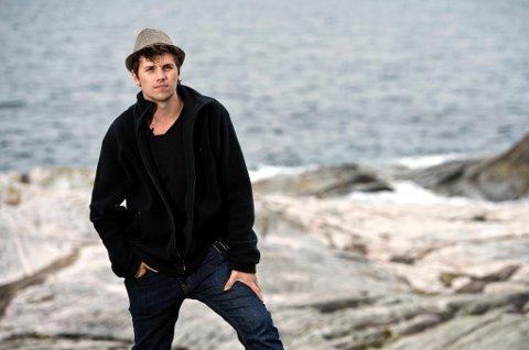 """FRA SKOLETAPER TIL FORFATTER: 22 år gamle Samuel Massie reiser nå Norge rundt med foredraget """"Hold fast!"""", basert på egen bok med samme navn. Lørdag er han tilbake der det hele startet - folkehøyskolen 69º Nord i Malangen i Troms."""