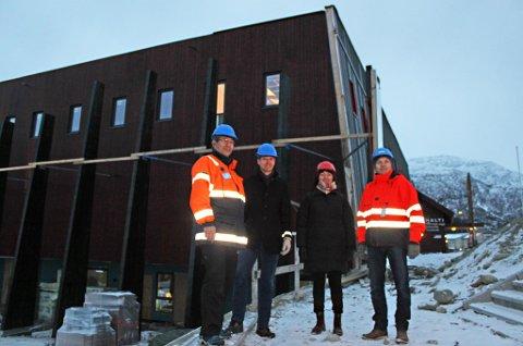 NYE HALTI: Det nye kulturhuset på Storslett er i ferd med å reise seg. Utvendig ser det bortimot ferdig ut, men innvendig gjenstår ennå mye før overtakelse i mai neste år. Byggeleder Ketil Jensen, enhetsleder Dag Funderud, daglig leder for Nord-Troms Museum Nina Einevoll Strøm, og prosjektleder Knut Flatvoll gleder seg stort til dørene kan åpnes.