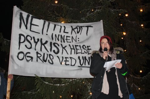 Talte: Annika Alexandersen fra Mental Helse Tromsø innledet talene tirsdag ettermiddag med å holde en følelsesladet appell hvor hun kritiserte de planlagte kuttene innenfor rus- og helsesektoren i landsdelen.