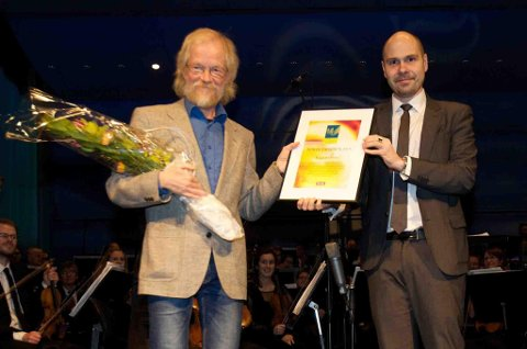 Ragnar Olsen fikk årets Nordlys-pris utdelt på Kulturhuset i Tromsø fredag av sjefredaktør i Nordlys Anders Opdahl. Foto: Ola Solvang