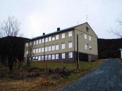 Skogvik skole på Rebbenesøy foreslås nedlagt. Foto: Ragnhild Gustad